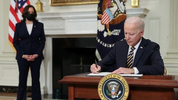 Biden revoca la orden de Trump que impedía la entrada de migrantes por «riesgo para el mercado laboral»