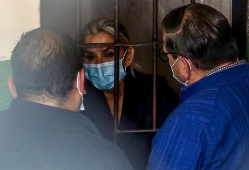 Jeanine Áñez speaks with her lawyers from her cell