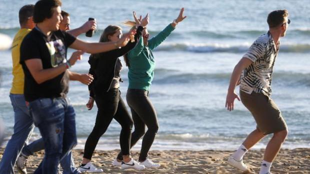 Mientras Alemania estudia endurecer las restricciones, turistas alemanes llegaban este fin de semana a Mallorca