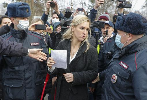 Dr. Anastasia Vasilyeva, detained at the gates of the prison colony where Navalni is being held