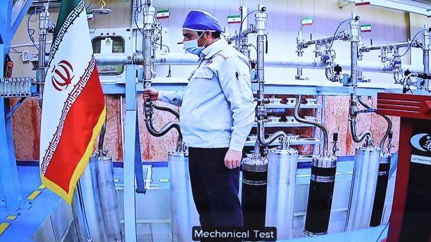 Un trabajador dentro de la planta de enriquecimiento de uranio de Natanz, en Irán