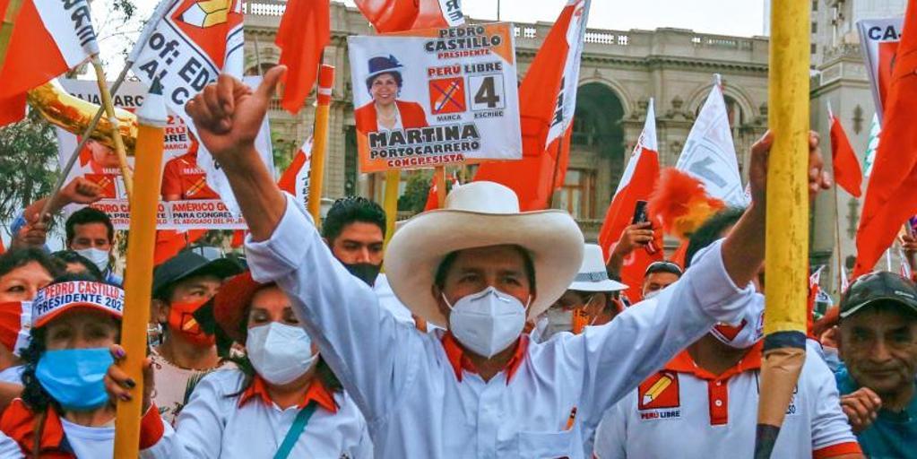 El radical de izquierdas Pedro Castillo se cuela entre los favoritos de las  elecciones en Perú