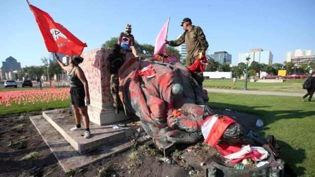 Manifestantes derriban las estatuas de las reinas Victoria e Isabel II en Canadá