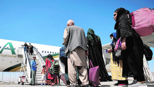 Llega el primer vuelo comercial a Kabul procedente de Pakistán con solamente diez pasajeros