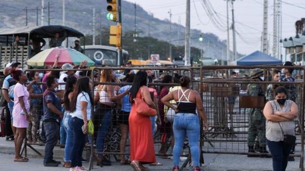 Familiares de reclusos esperan en la cárcel Penitenciaria del Litoral tras el motín en Guayaquil