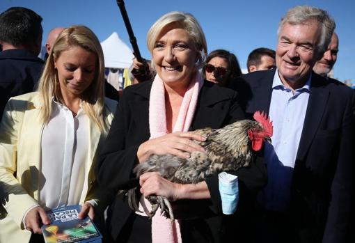 Marine Le Pen, durante una visita a un mercado en Cavignac