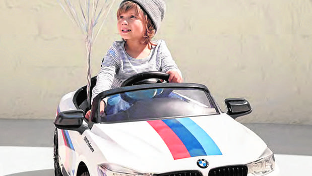 BMW M4: Con llave, bocina, sonido de motor y conexión para MP3 Velocidad máxima: 4 km/h Edad: entre 3 y 5 años Precio: 300 euros