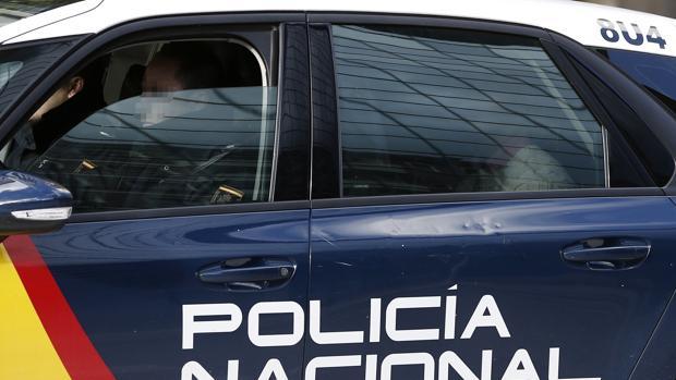 Un vehículo de la Policía Nacional abandona el TSJN con uno de los cinco acusados