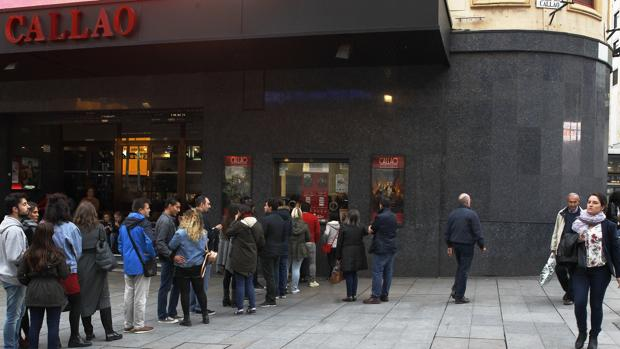 Decenas de personas hacían cola ayer lunes para acceder al cine Callao, en pleno centro de Madrid