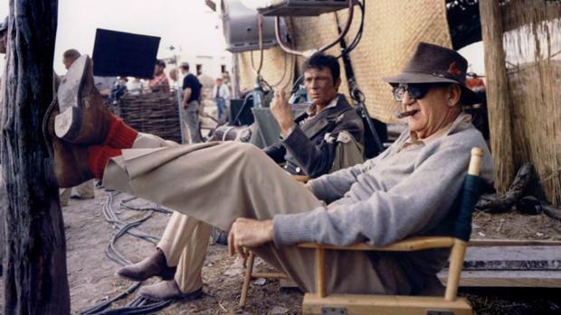 John Ford, en el rodaje de «El álamo», de John Wayne. El cineasta acudió al plató de la película de su actor fetiche y llegó a filmar algunos planos