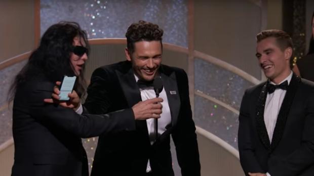 Momento en que James Franco aparta del micrófono a Wiseau, ante la mirada de Dave Franco