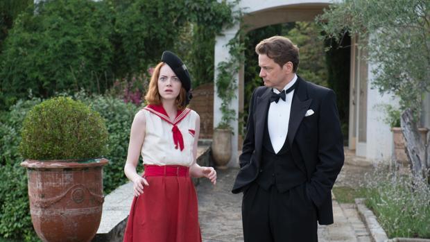 Colin Firth (derecha) junto a Emma Stone (izquierda) en «Magia a la luz de la luna», la película que ambos protagonizaron para Woody Allen en 2014