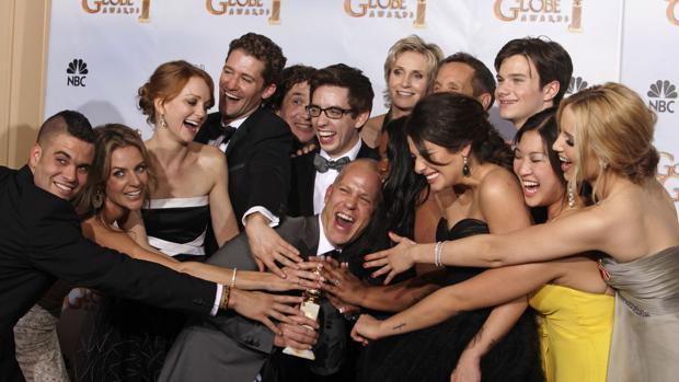 El equipo de Glee tras recibir un Globo de Oro en 2010