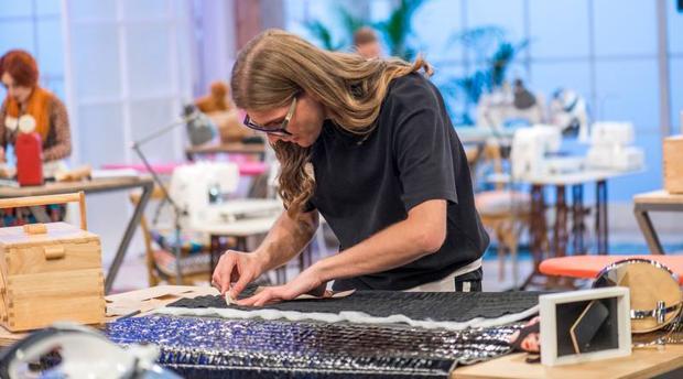 Edu, trabajando en el taller de «Maestros de la costura»