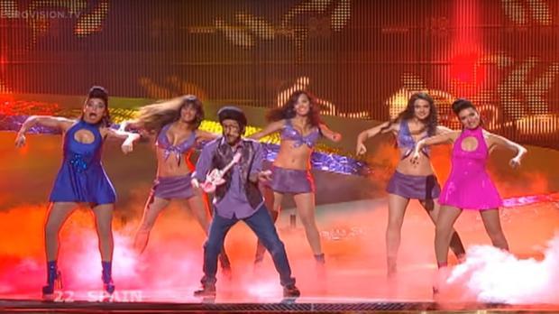 Rodolfo Chikilicuatre (en el centro), interpreta «Baila el Chiki Chiki», con Silvia Abril a la derecha de la imagen