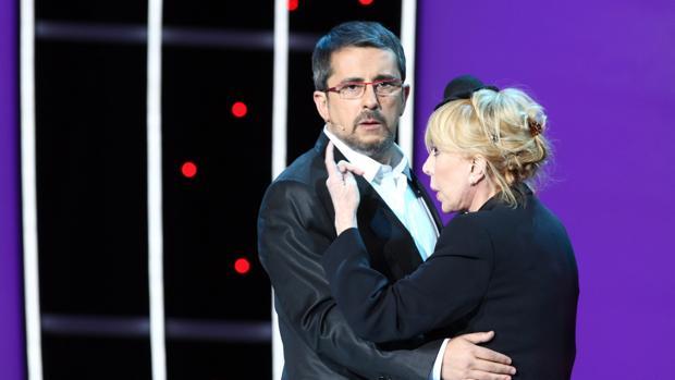 Andreu Buenafuente junto a Rosa Maria Sarda en la gala de los Goya 2010
