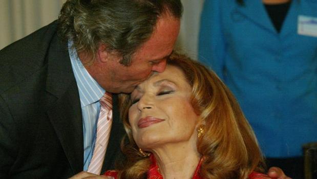 Amador Mohedano besando la frente de Rocío Jurado en 2005