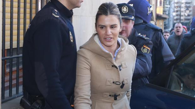 Miriam, la viuda de Roberto Larralde, entrando en el juzgado de León