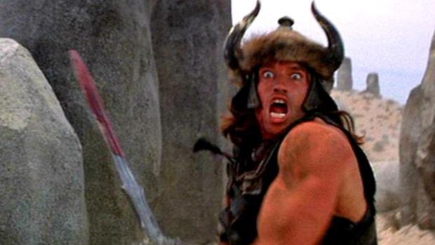 Arnold Schwarzenegger, en plena acción en «Conan el Bárbaro»