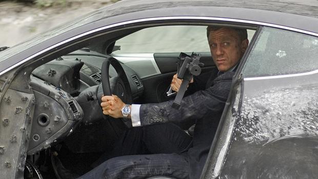 Daniel Craig, con un Aston Martin destrozado como James Bond