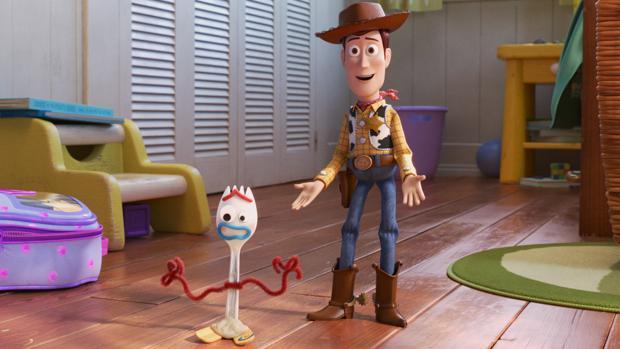 Woody presenta a sus compañeros a Forky, el nuevo juguete favorito de Boonie