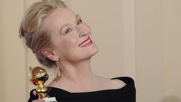 Meryl Streep posa con el Globo de oro a mejor actriz de comedia por «Julie & Julia», en 2010