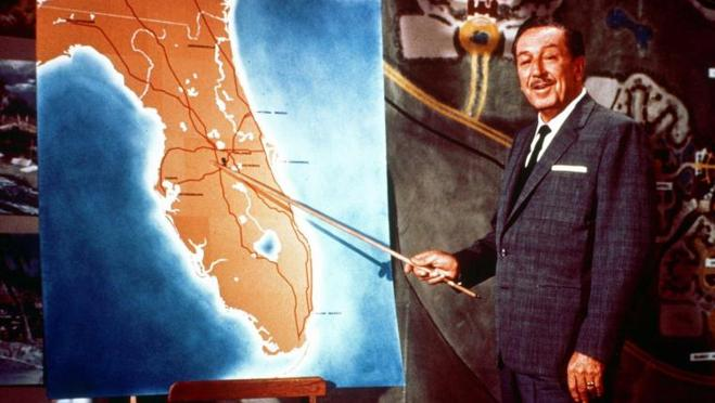 Walt Disney mostrando la ubicación de Disneyworld, en Orlando