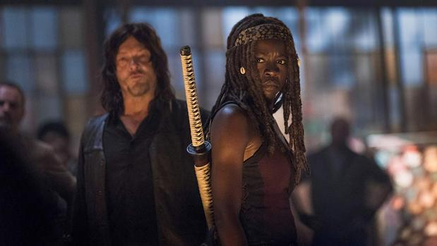 Michonne (Danai Gurira), con Daryl (Norman Reedus) al fondo, en «The Walking Dead»