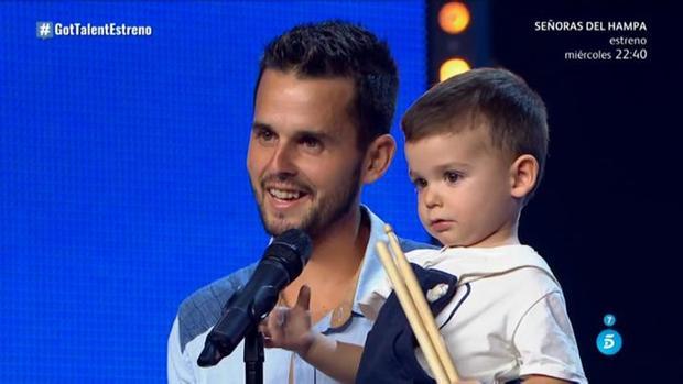 Hugo, junto a su padre en «Got Talent»