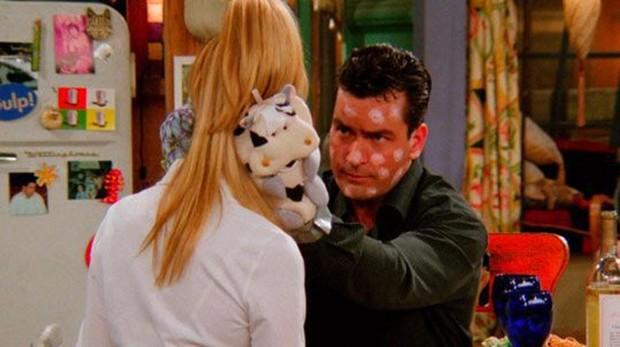 Charlie Sheen durante su cameo en «Friends»