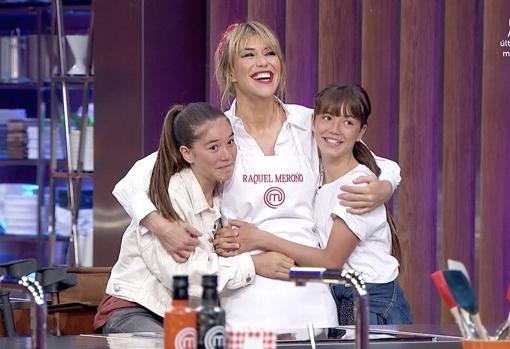 Raquel Meroño, con sus hijas
