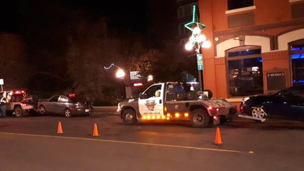 Agentes de policía remolcan dos coches parados en un control de alcoholemia