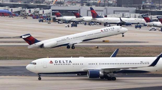 Varios aviones de la aerolínea Delta en el aeropuerto de Atlanta, Georgia