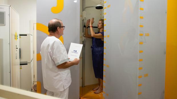 Una paciente se realiza un escáner en el Hospital Delfos con el sistema EOS