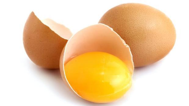 Los huevos, especialmente la yema, son fuente de colina