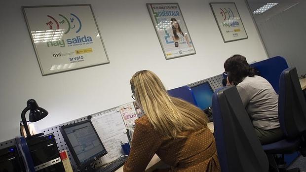 ABC accede a las instalaciones donde un equipo de 28 mujeres trabaja en este servicio telefónico