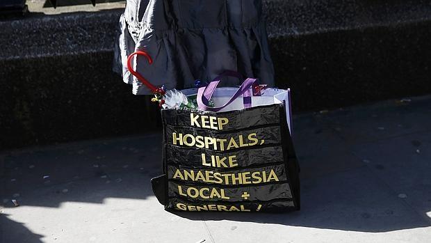 Una mujer porta un eslogan en su bolsa de mano sobre la huelga de médicos residentes en Inglaterra, este martse 26 de abril en Londres