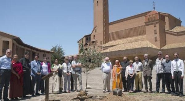 Los líderes religiosos y científicos han plantado un olivo en Torreciudad (Huesca)