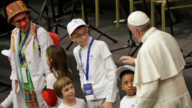 Francisco se reúne en el Vaticano con pacientes y médicos del hospital pediátrico Bambino Gesù