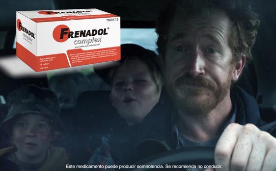 Captura del momento del anuncio de Frenadol donde de ve al padre conduciendo y la advertencia que recomienda no hacerl