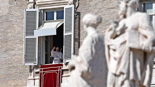 El Papa Francisco saludando a los fieles.