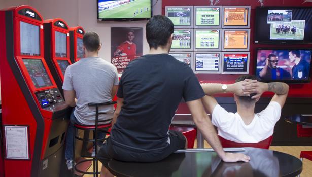 Tres jóvenes se disputan su dinero en una casa de apuestas de Alcorcón (Madrid)