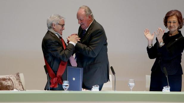El presidente de la Fundación Luzón junto a Sus Majestades Los Reyes, cuando le concedieron la Gran Cruz de la orden civil Alfonso X El Sabio
