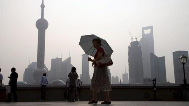 Una mujer camina por las calles de Shangai (China)