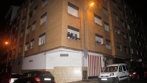 Fachada del edificio ubicado en el número 4 de la calle Felicidad de Gijón, donde han sido hallados los cadáveres de un matrimonio de octogenarios en el interior de su domicilio