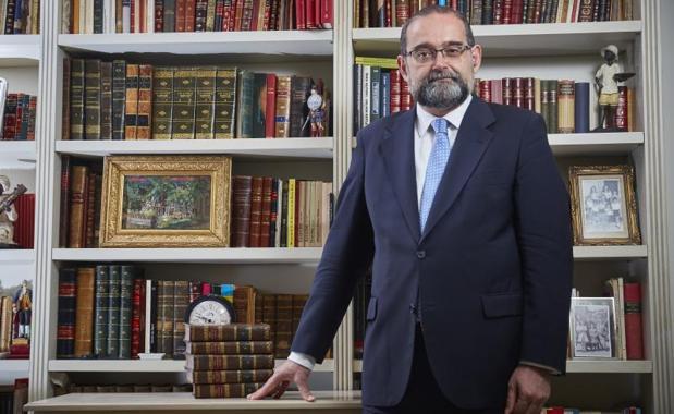 Alfonso Bullón de Mendoza en su biblioteca