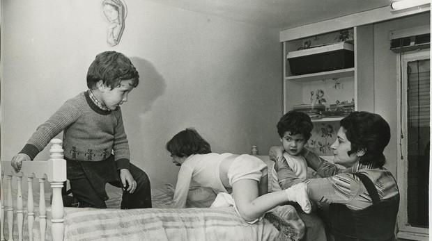 Una madre y sus tres hijos a mediados de los años setenta