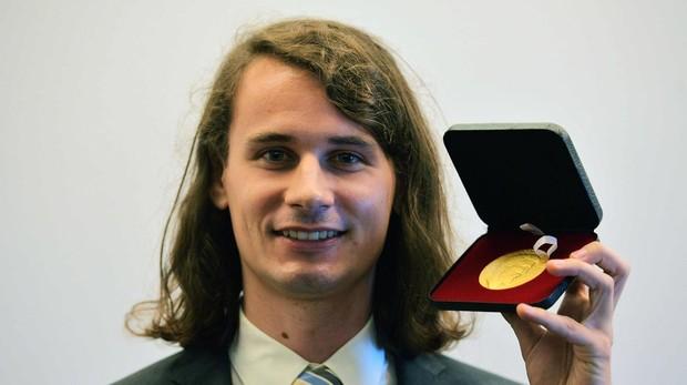 Peter Scholze posa junto a su medalla