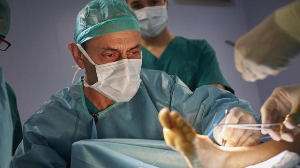 El doctor Benito Duque durante una intervención el pasado mes de junio