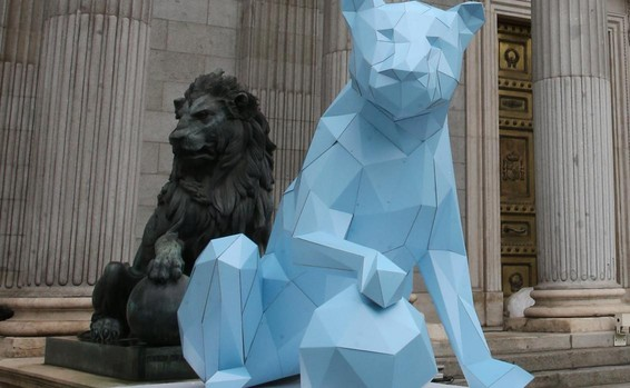 Una leona de cartón ha sido colocada en el Congreso con motivo del Día Internacional de la Niña, hoy 11 de octubre